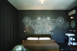 PDX-RMS_Superior_deluxe_corner_bed_art_on_grey_wall_20130710_1722.png